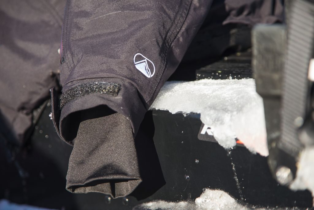 Comfy lycra inner cuffs prevent the jacket sleeve from being pushed up by snow.