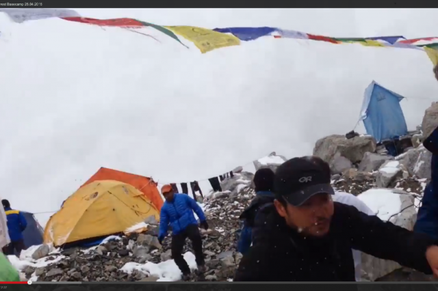 Video: Avalanche engulfs Everest Base Camp